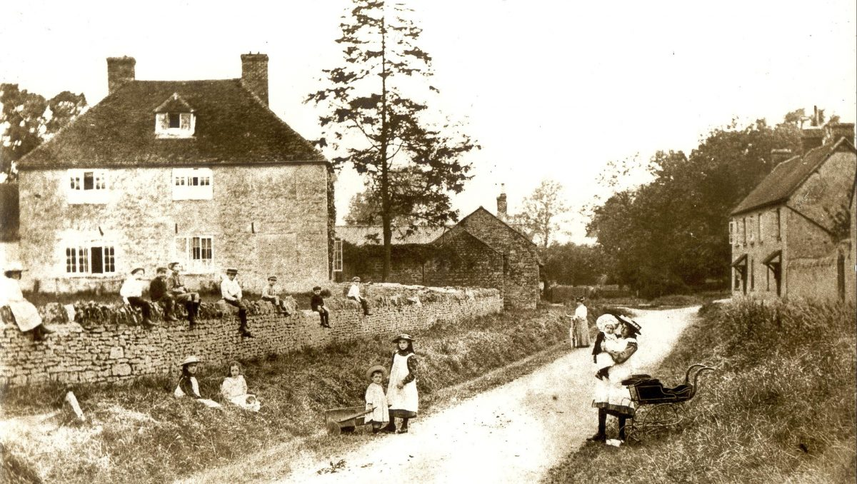 Lower Weald children in front of Rectory Farm
